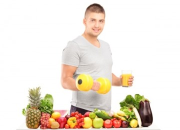 bodybuilder con frutta e verdura