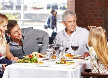 gente felice che mangia al ristorante